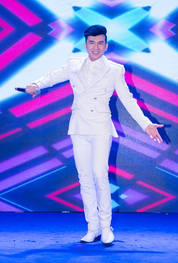 Nam ca sĩ trông đầy năng lượng trên sân khấu. Anh vừa hát vừa nhảy liên tục nhưng không hề tỏ ra mệt mỏi.