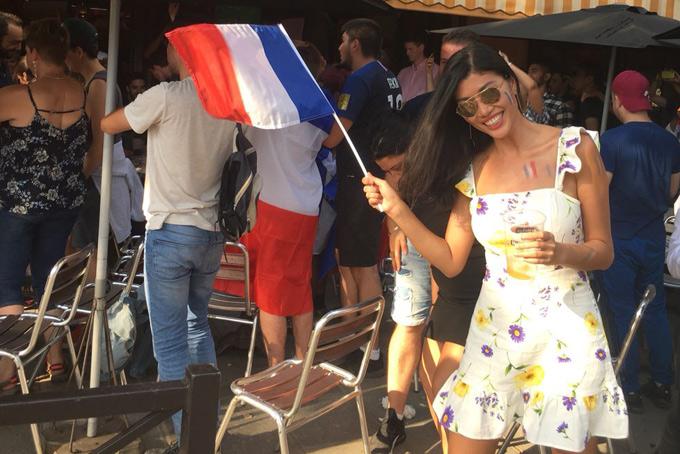 Các hàng quán ở Pháp đều đông nghẹt người tới uống cà phê, trò chuyện rôm rả về thắng lợi của Pháp sau trận thư hùng kịch tính với Croatia.