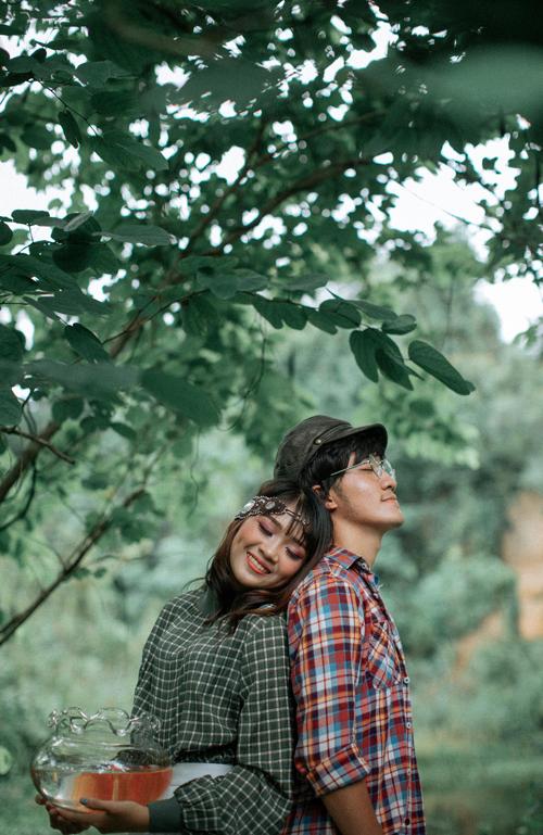 Cả hai diễn xuất tự nhiên trước ống kính. Cô dâu tựa đầu vào bờ vai của chú rể và cả hai cùng ngắm mắt lại, nở nụ cười hạnh phúc.