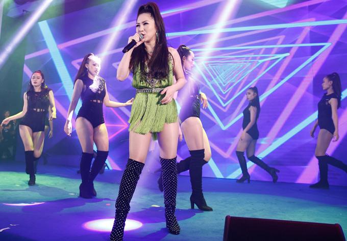 Hương Tràm mặc váy tua rua ngắn cũn biểu diễn hit Em gái mưa, Hello, I want you know.