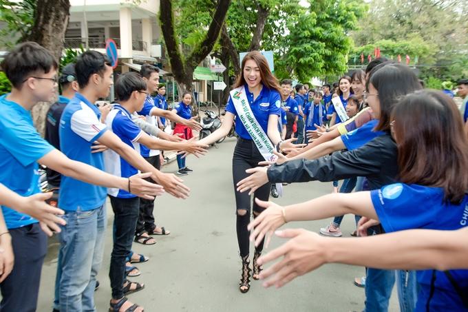 Lệ Hằng được sinh viên chào đón nồng nhiệt tại buổi lễ ra quân.
