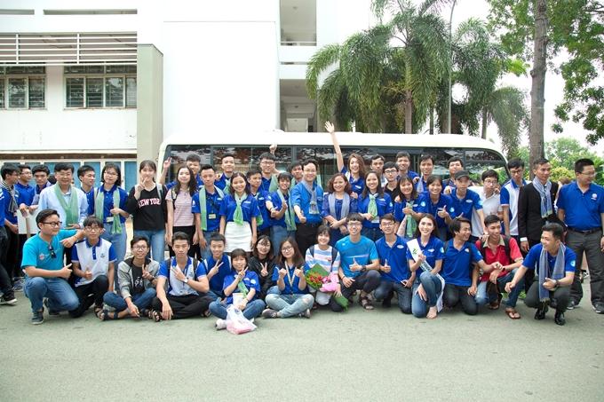 Bên cạnh giao lưu, Lệ Hằng và Tường Linh còn tham gia tiễn các sinh viên đợt đầu ở các phân khu Bến Tre, Đắk Nông, Phú Yên và các chiến sĩ mặt trận TPHCM
