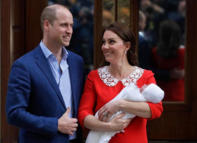 Hoàng tử Louis chào đời ngày 23/4 tại khoa sản Lindo, bệnh viện St. Mary, nặng 3,8 kg. Con thứ ba của William và Kate đứng thứ 5 trong danh sách thừa kế ngai vàng của Nữ hoàng Anh.
