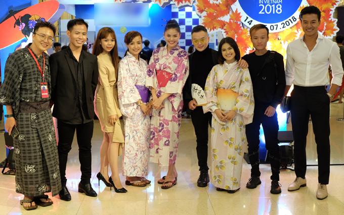 Diễn viên Lê Bê La, Á hậu Biển xanh toàn cầu Kim Nguyên (thứ tư và thứ năm từ trái qua) xúng xính trong trang phục truyền thống của Nhật, chụp ảnh cùng Hiếu Nguyễn (ngoài cùng bên phải) và những người bạn tại sự kiện.