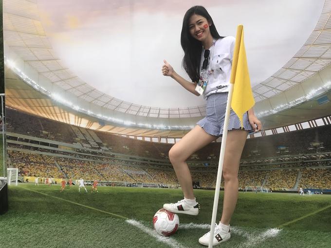 Người đẹp diện trang phục năng động, tạo dáng với mô hình khung thành bên ngoài sân vận độngLuhzniki trước giờ bóng lăn.
