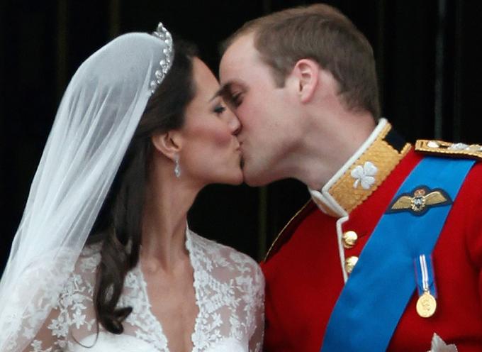 Hoàng tử Harry trao cho Công nương Kate nụ hôn say đắm trong hôn lễ thế kỷ. Ảnh: Pinterest