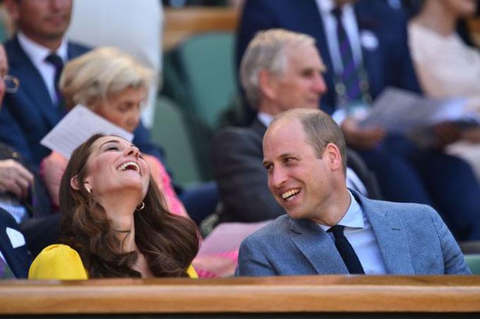 Xuất hiện trên Khoang Hoàng gia (royal box) ở khu vực khán đài, Nữ công tước xứ Cambridge trông nổi bật với mẫu váy Dolce & Gabbana màu vàng rực, trị giá 1.150 bảng (hơn 1.500 USD).  Cô thoải mái cười đùa với chồng, Hoàng tử William.