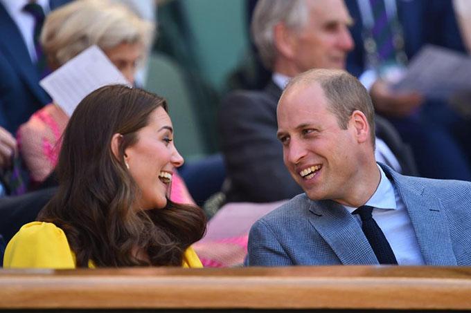 Tuy vẫn trong thời gian thai sản kể từ khi sinh Hoàng tử Louis hồi tháng 4, bà mẹ ba con vẫn không bỏ lỡ những trận chung kết ở giải thi đấu Wimbledon. Cô uốn tóc sóng to, ôm lấy khuôn mặt. Bộ trang phục được hoàn thiện khi Kate kết hợp cùng đồng hồ màu bạc, hoa tai và vòng cổ cùng màu, ví cầm tay màu xám.