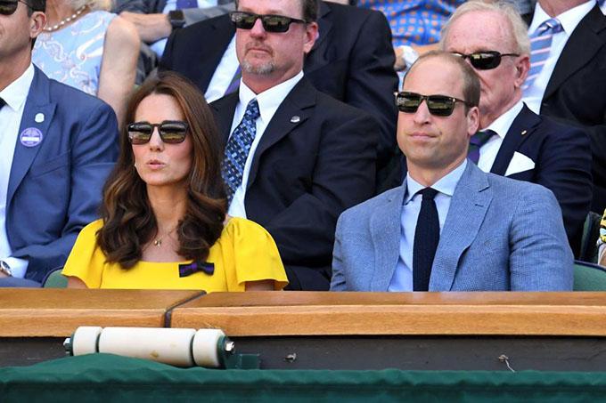 Căp vợ chồng chăm chú theo dõi trận đấu. Sau ba séc thắng liên tiếp,Djokovic lần thứ 4 vô địch Wimbledon, đoạt Grand Slamthứ 13.