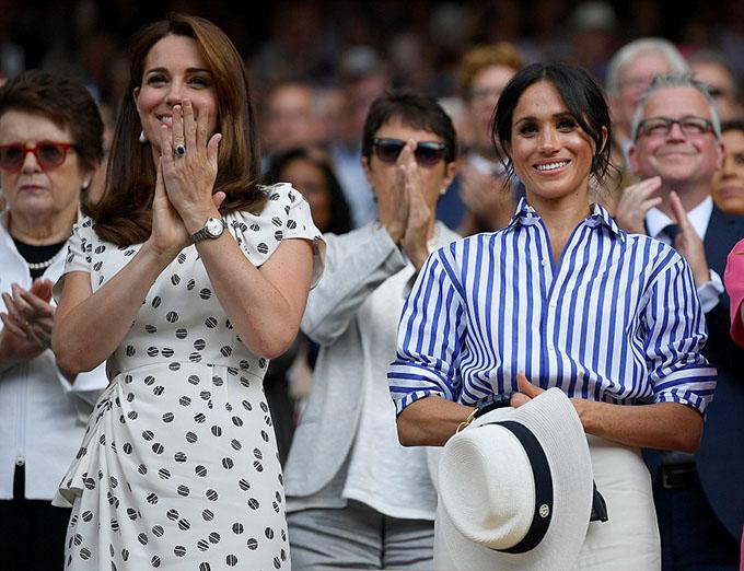 Trước đó một ngày, Kate cùng em dâu Meghan tới đây để theo dõi trận thi đấu chung kếtđơn nữ. Đây là lần đầu tiên hai nữcông tước đi cùng nhau mà không có chồng bên cạnh.