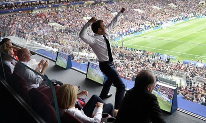 Ông Macron đấm tay vào không trung sau khi đội Pháp ghi bàn trong trận chung kết World Cup tối 15/7. Ảnh: Sputnik.