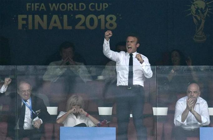 Tổng thống Pháp Emmanuel Macron cùng vợ đã có mặt trên khán đài danh dự của sânLuzhnikitại Moskva trong trận chung kết World Cup 2018.