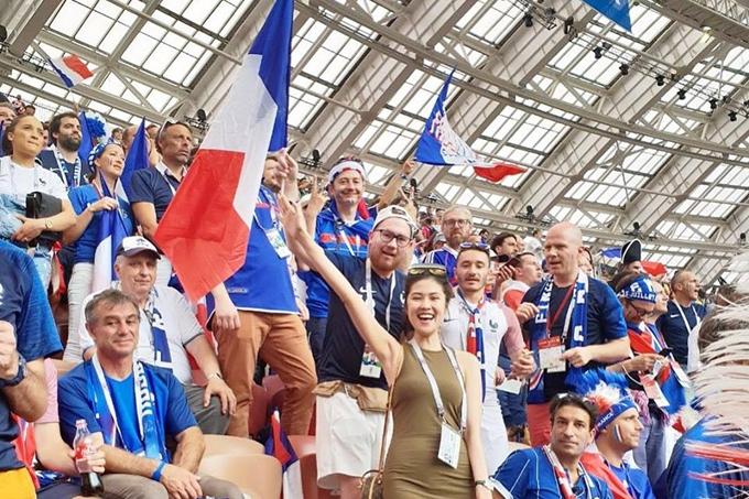 Siêu mẫu Thu Hằng chia sẻ bức ảnh chúc mừng đội tuyển Pháp vô địch World Cup 2018:Pháp chiến thắng xứng đáng, Croatia đá rất đẹp. Một trận cầu đáng nhớ. Người đẹpsang Nga nhiều ngày qua để hòa chung không khí sôi động của giải bóng đá lớn nhất thế giới.