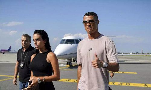Bạn gái sánh đôi cùng C. Ronaldo ở phi trường Torino