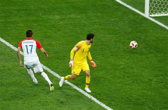 Tình huống chủ quan của Lloris xảy đến ở phút 69 khi tuyển Pháp dẫn đối thủ Croatia tới 4-1. Thủ môn của Tottenham định đánh lừa Mandzukic nhưng không thành công.