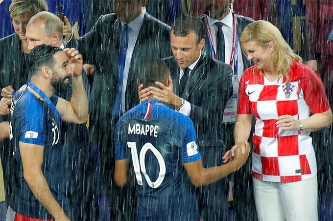 Tổng thống Pháp Macron chúc mừng Mbappe giành giải cầu thủ trẻ hay nhất giải.