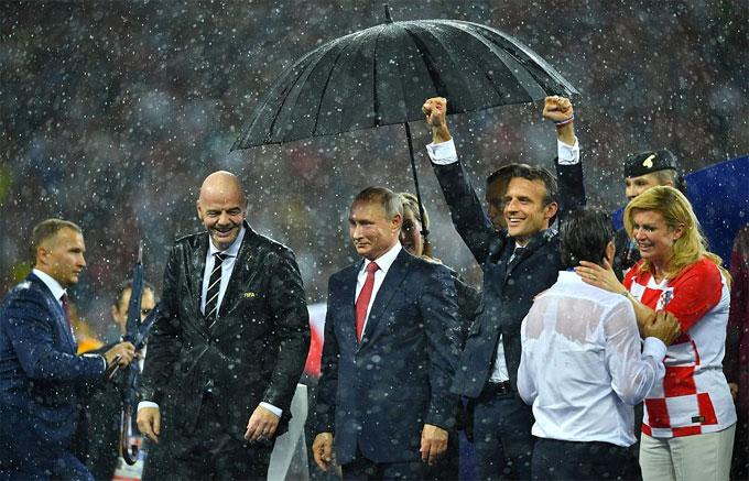 Tổng thống Croatia động viên HLV Dalic. Croatia lần đầu lọt vào chung kết World Cup - thành tích bất ngờ của đội bóng không được đánh giá cao trước giải.