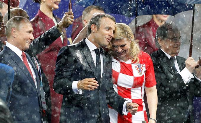 Ông Macron chia sẻ cùng người đồng cấp Croatia sau trận đấu.