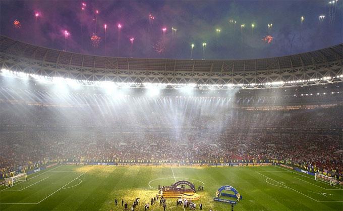 Màn trao Cup của tuyển Pháp diễn ra dưới cơn mưa nặng hạt.