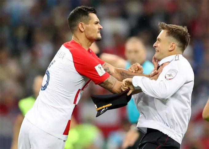 Trung vệ Lovren của Croatia tỏ ra bực mình với người lạ quấy rầy. Lúc này đội bóng của Lovren đang bị dẫn 1-2.