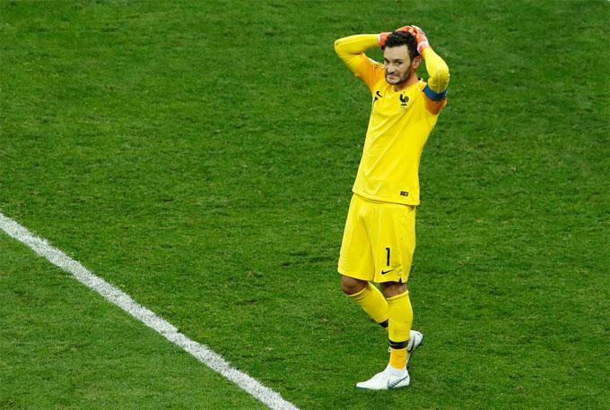 Lloris ôm đầu sau sai lầm. Rất may cho anh là các đồng đội vẫn chơi vững vàng sau bàn thua, bảo vệ thành quả thắng 4-2 để giúp Pháp lên ngôi vô địch