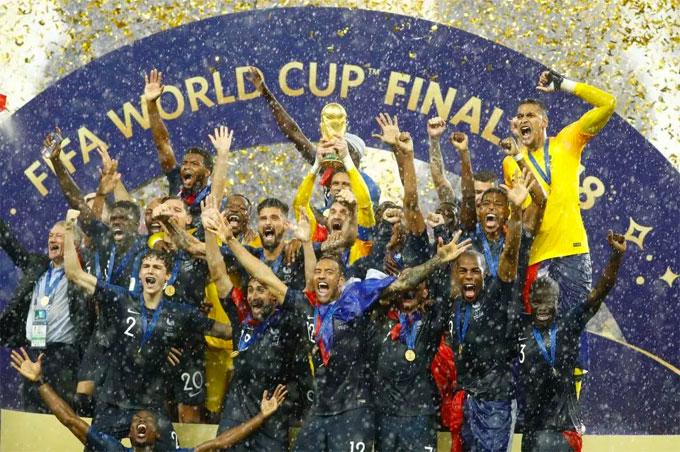 Lloris và các đồng đội giúp bóng đá Pháp lần thứ hai lên đỉnh thế giới. Thế hệ vàng của HLV Deschamps từng giành World Cup 1998 và 20 năm sau, đội trưởng Les Bleus tiếp tục giành ngôi vương trong tư cách HLV.