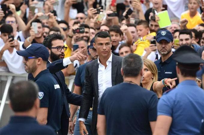 Nhóm vệ sĩ ruột theo sát C. Ronaldo tại sự kiện. Anh cũng được các thành viên ban tổ chức chỉ dẫn tỉ mỉ.