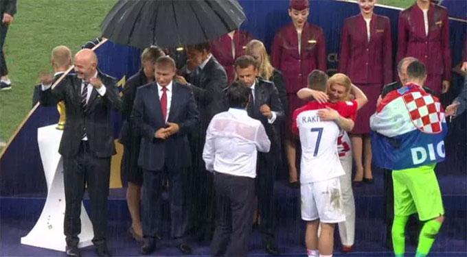 Màn trao giải á quân cho tuyển Croatia. Đội bóng đạt kỳ tích lần đầu vào chung kết World Cup.