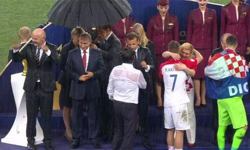 Một mình Tổng thống Putin được che ô suốt lễ trao giải ở World Cup