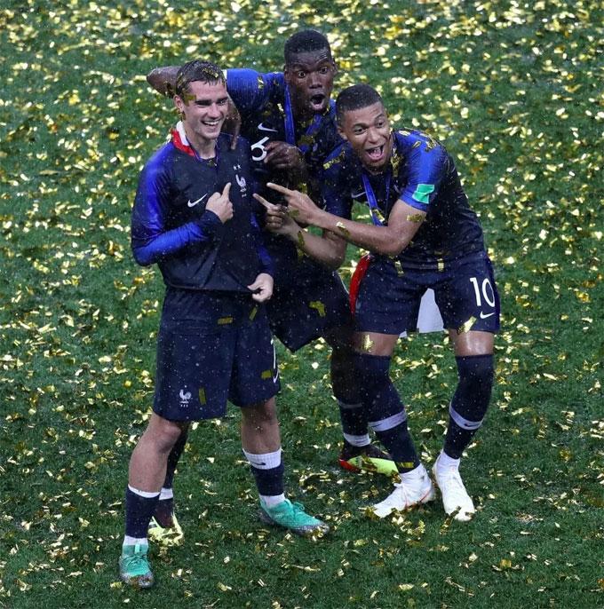 Pogba, Mbappe và Griezmann trêu đùa nhau với HC vàng World Cup. Ba ngôi saolà trụ cột ở hàng tiền vệ Pháp tại giải năm nay. Cả ba đều tỏa sáng với những bàn thắng, các pha kiến tạo xuất sắc.
