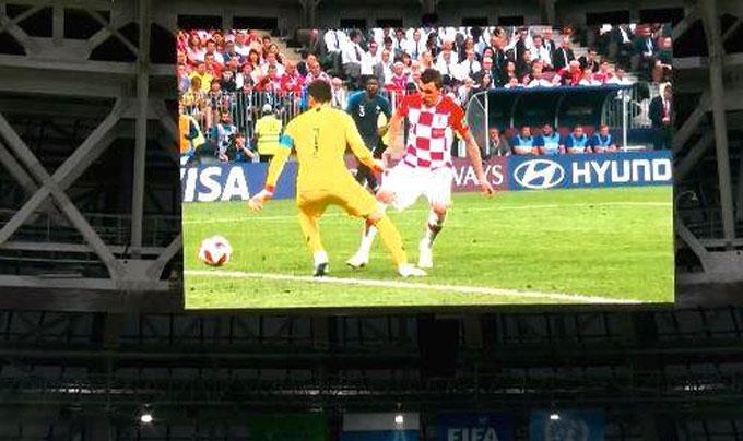 Trong thời gian chờ lễ trao Cup diễn ra, các pha bóng đáng nhớ của trận đấu được chiếu lại trên màn hình lớn ở sân vận động tại Moskva.