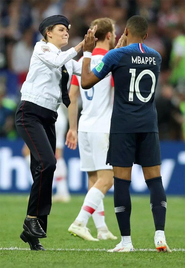 Trong khi đó, Mbappe tỏ ra thân thiện hơn, đập tay với fan nữ.