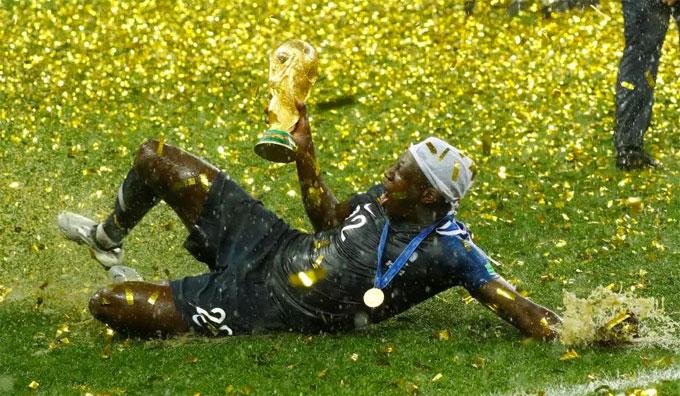 Hậu vệ Mendy trượt cỏ mừng chiến thắng. Anh không nằm trong đội hình chính của HLV Deschamps nhưng cũng ra sân thi đấu ở World Cup năm nay.