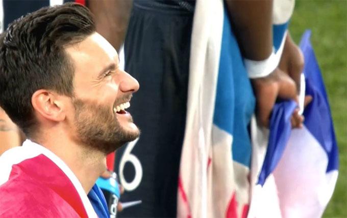 Thủ môn Lloris cười ngượng khi chứng kiến tình huống sai lầm của anh. Đồng đội Giroud cũng tới chia sẻ cùng thủ thành đồng hương. Cả hai đều vui vẻ quên đi sai sót bởi tuyển Pháp giành chiến thắng cuối cùng.
