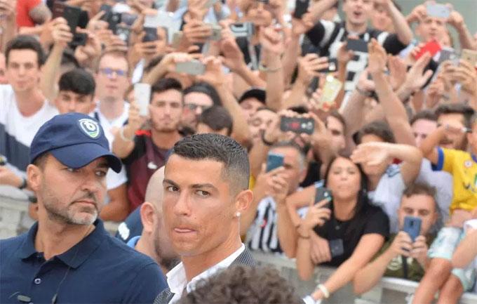 C. Ronaldo gia nhập Juventus với giá 126 triệu USD theohợp đồng 5 năm.