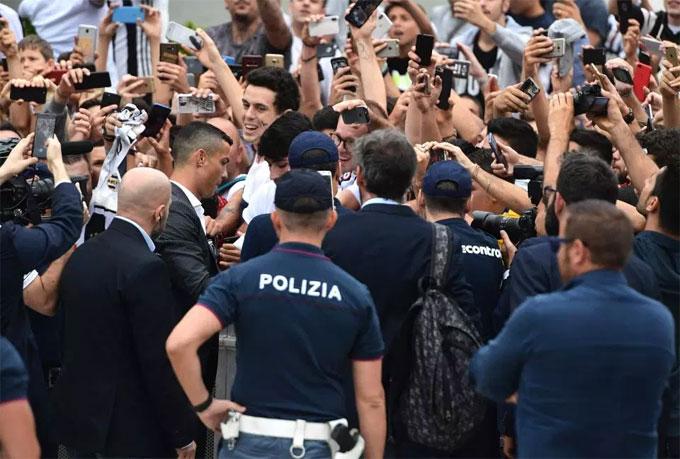 CR7 ký tặng fan chờ đón anh tại sân. Trung tâm y tế J Medical Centre nằm cạnh sân Allianz của Juventus.