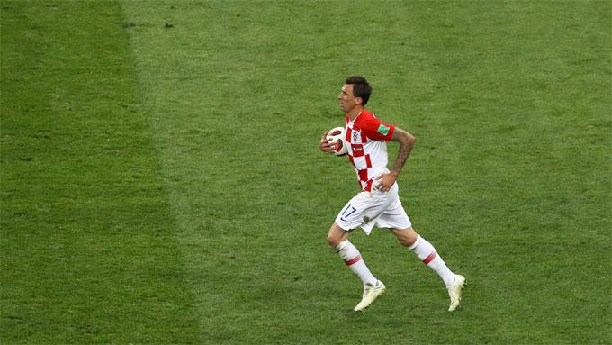 Mandzukic thắp lên hy vọng gỡ hòa cho Croatia sau tình huống tận dụng sai lầm của thủ môn Lloris.