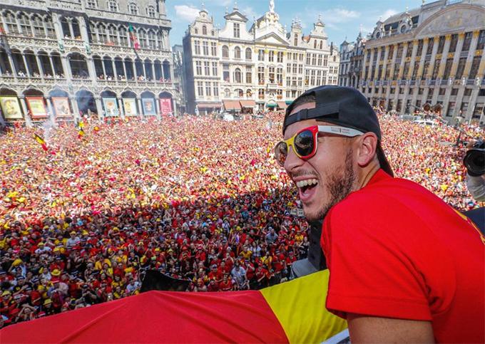 Hôm 15/7, ngay sau khi trở về từ Nga với chiến tích giành HC đồng World Cup 2018, tuyển Bỉ được tôn vinh trong buổi lễ mừng công tại Quảng trường trung tâmGrand Place ở Brusells. Hazzard phấn khích trước sự cuồng nhiệt của các CĐV nhà.