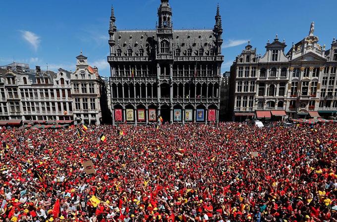 Hàng nghìn CĐV khoác cờ Bỉ tập trung ở Quảng trườngGrand Place chào đón thầy trò HLV Roberto Martinez.