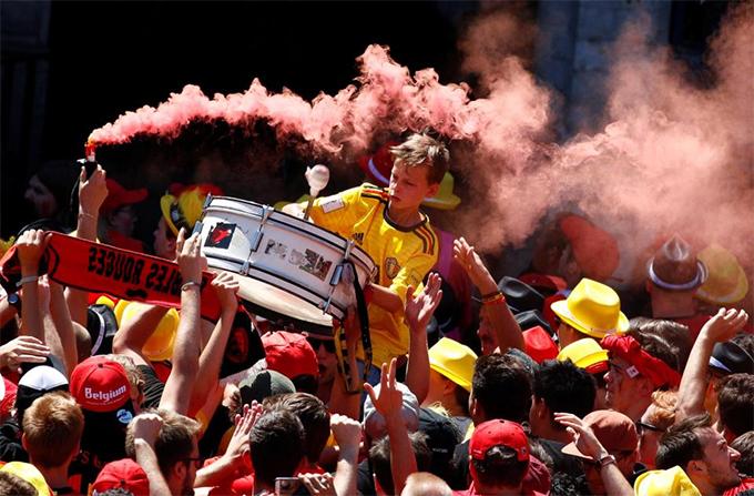 Họ đánh trống, đốt pháo sáng và tưng bừng hò reo. Với chiến thắng 2-0 trước Anh ở trận tranh hạng ba, tuyển Bỉ lần đầu tiên có huy chương ở một kỳ World Cup.