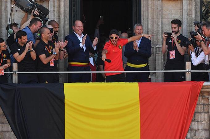 Hazard bắt nhịp cho màn ăn mừng cùng các CĐV. Tiền vệ CLB Chelsea nhận danh hiệu Quả bóng bạc World Cup 2018 với ba bàn thắng và hai pha kiến tạo cho tuyển Bỉ.