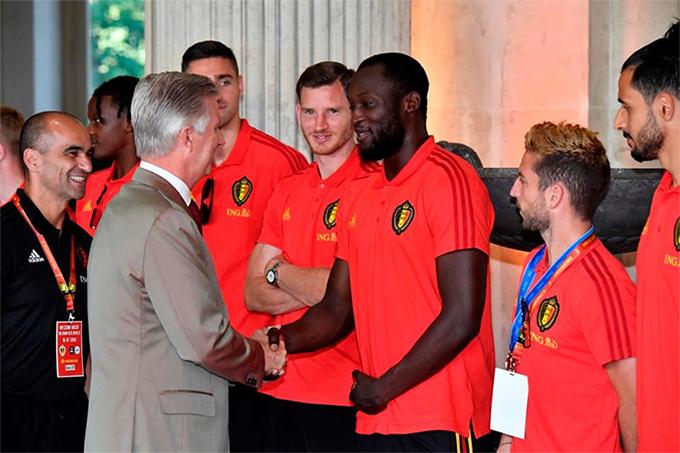 Quốc vương BỉPhilippe bắt tay chúc mừng Lukaku và các đồng đội.