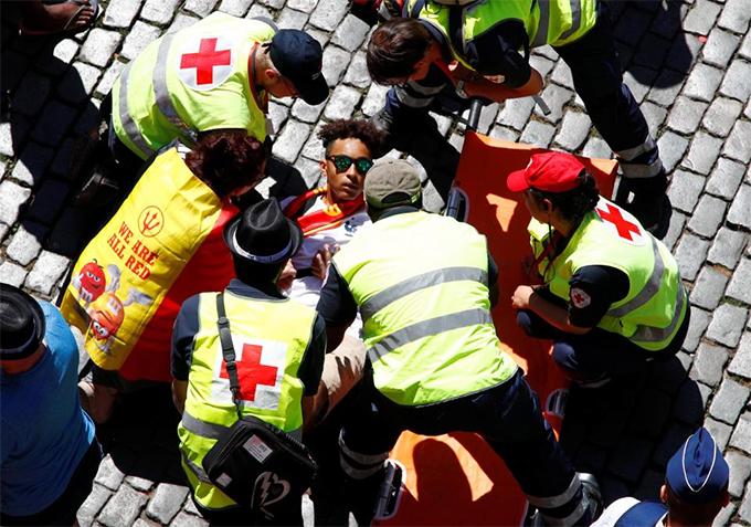 Một CĐV đuối sức, cần sự chăm sóc của nhân viên y tế.