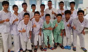 Các thiếu niên Thái Lan đào hố hàng ngày để tìm lối thoát khỏi hang