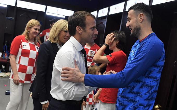 Sau trận chung kết World Cup 2018, Tổng thống PhápEmmanuel Macron vào phòng thay đồ của Croatia để khích lệ tinh thần thầy trò HLVZlatkoDalic.