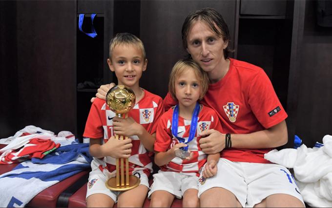 Hai con chung vui cùng Modric sau trận đấu.