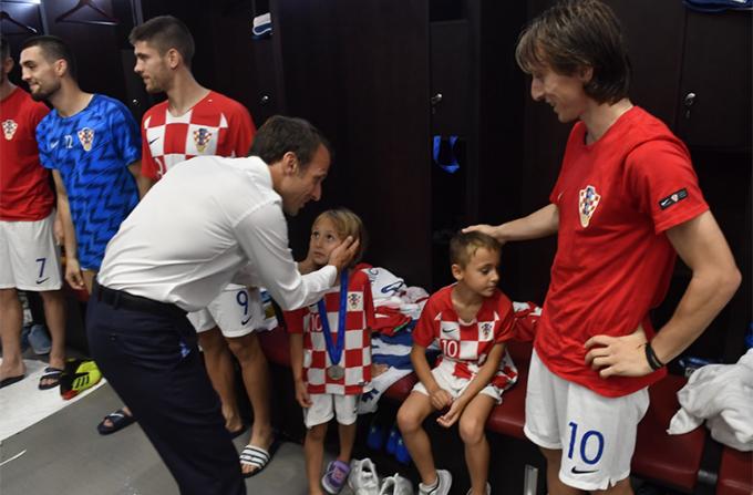 Tổng thống Pháp nựng yêu các con của Modric.