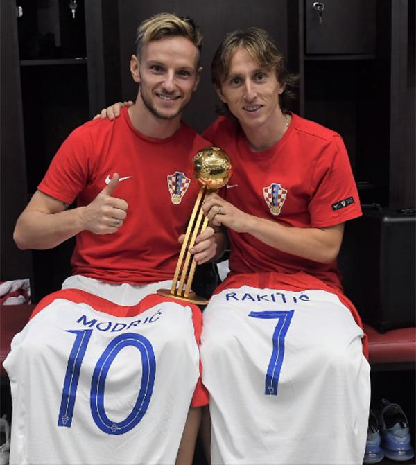 Modric chụp ảnh cùng đồng đội Rakitic trong phòng thay đồ. Tiền vệ của Real giành danh hiệu Cầu thủ hay nhất giải.
