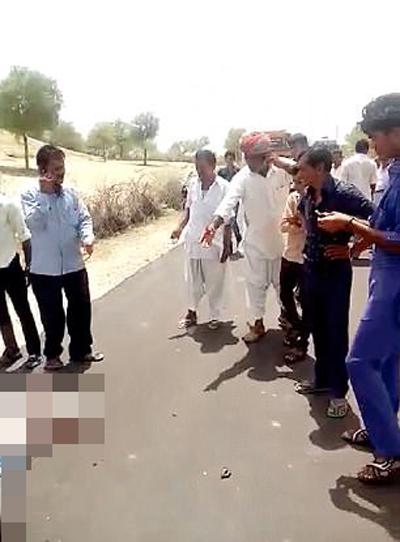 Người đi đường đứng chỉ trỏ nhưng không lại gần để giúp nạn nhân. Ảnh: CEN.