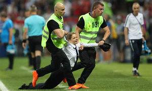 Nhóm fan bị lôi đi vì chạy vào sân gây hỗn loạn chung kết World Cup